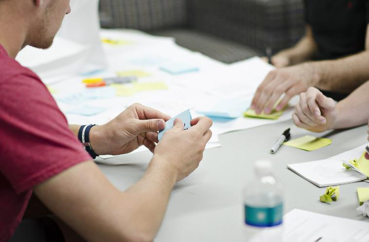 Apesar de simples, post-its são ótimas ferramentas para uma síntese visual do que foi definido na reunião.